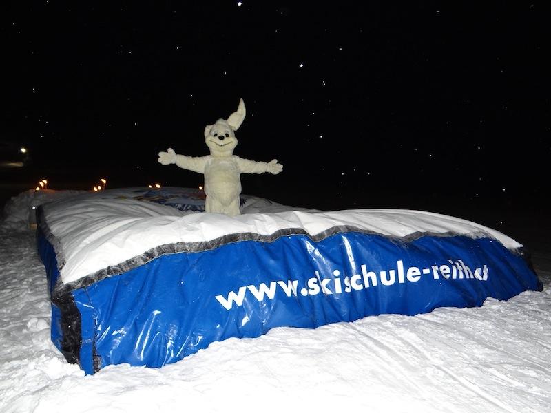 Die Skischule Reith bei Kitzbühel startet mit einem ganz besonderen Highlight in die Wintersaison 2017/18: HUBSI-Jump – das erste XXL-Ski-Luftkissen im Skigebiet der Kitzbüheler Alpen.