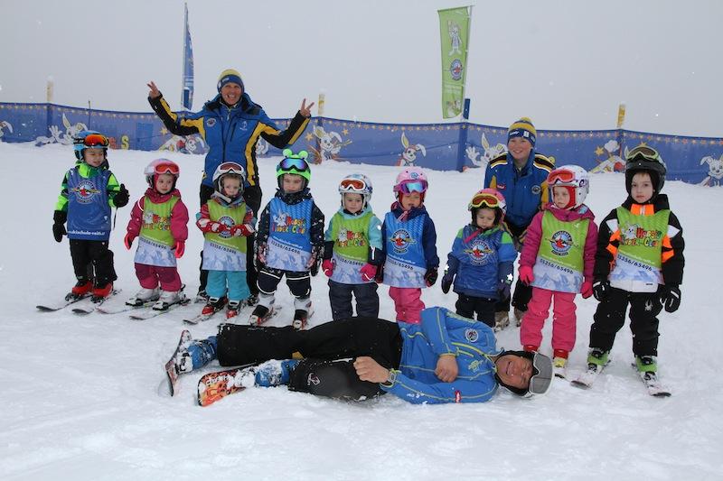 Mit über 100 geprüften und motivierten Skilehrerinnen und Skilehrern wird das Skifahren mit viel Erfahrung und Kompetenz vermittelt.