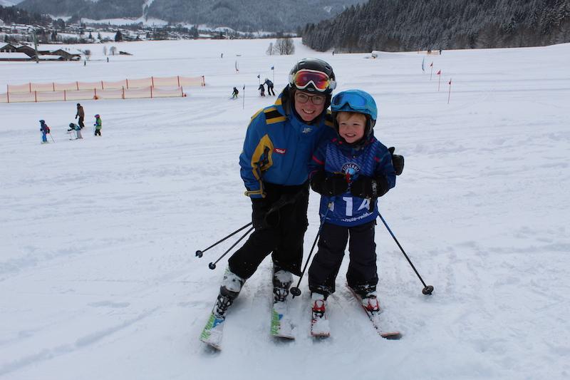 Mit Spaß und Spiel durch erfahrene Skilehrer Skifahren lernen ...