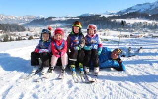 Wöchentlich jagen die kleinen und großen Skikinder beim Kiddy´s Race der Skischule Reith bei Kitzbühel die Reither Streif herab.