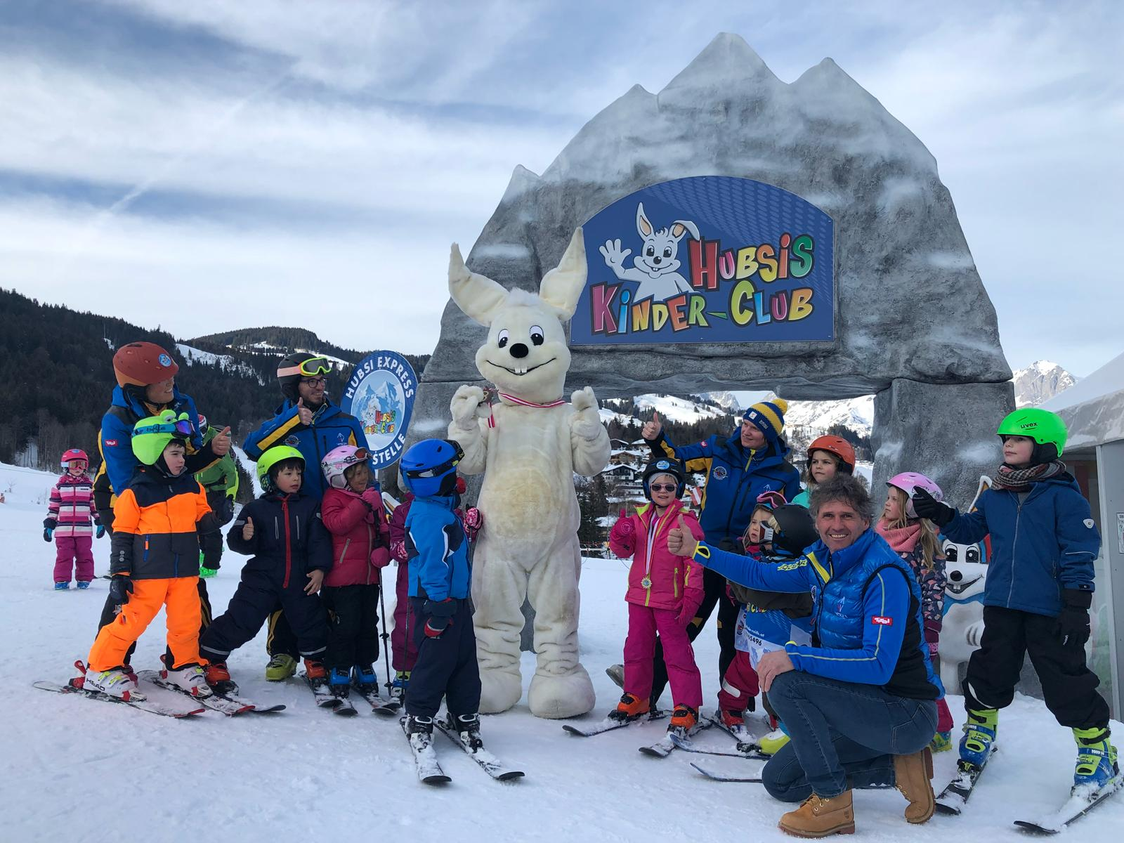 Weil Skifahren lernen auch Spaß machen soll, integriert Skischulleiter Joe Dagn seit vielen Jahren heimische Tier- und Märchenfiguren, ein Skikarussell, Zauberteppiche, ein beheiztes Kinder-Zelt u.v.m in den Kinder-Skischulunterricht.